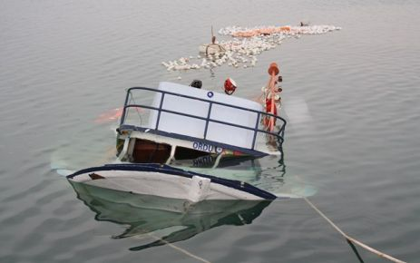 Tekne Kayalara Bindirdi